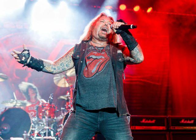 Mötley Crüe Singer Vince Neil Breaks Ribs After Falling Off Stage.jpg